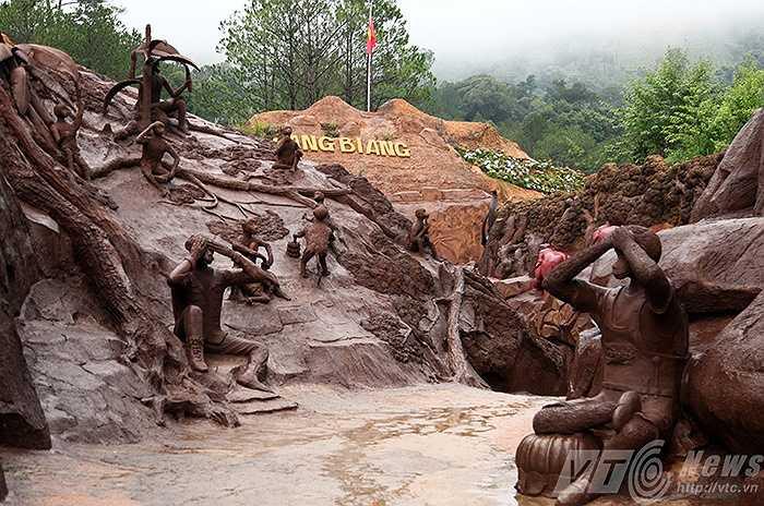 Toàn bộ công trình đường hầm điêu khắc được thể hiện với 2 chủ đề chính là tái tạo lịch sử thành phố Đà Lạt qua các giai đoạn.