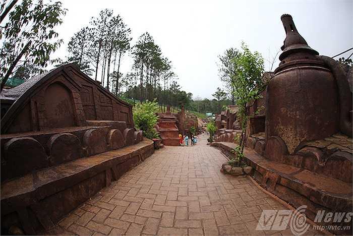 Có chiều dài khoảng 2 km, đầu tư hơn 200 tỷ đồng, Đường hầm điêu khắc đất sét ở Đà Lạt được xem là công trình độc đáo nhất Việt Nam khi sở hữu những hạng mục bằng đất sét.