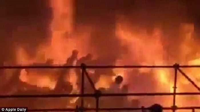 Ngọn lửa bốc lên dữ dội sau tiếng nổ lớn