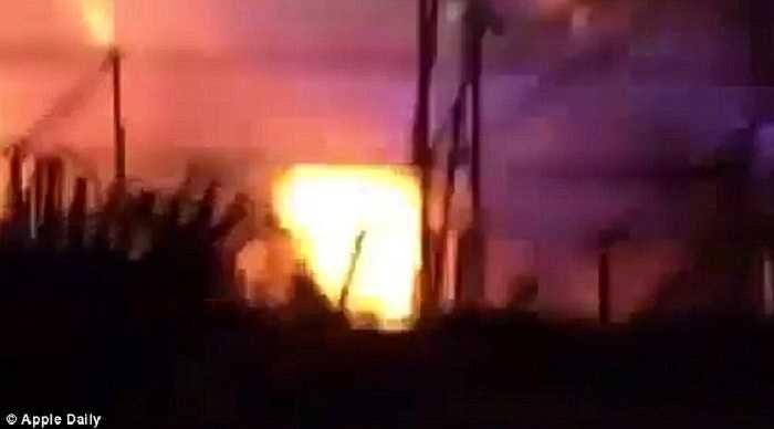 Các nạn nhân la hét trong đau đớn, khóc lóc, dẫm đạp lên nhau cố gắng chạy thoát khỏi đám cháy đang bùng lên dữ dội