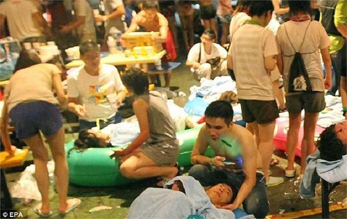 Hơn 200 người bị thương, trong đó 80 người bị thương nặng, trong đám cháy