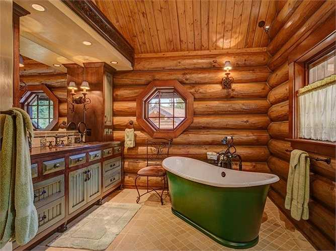 Trong phòng có một nhà tắm lớn với bồn tắm thiết kế đặc biệt