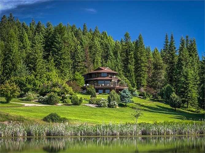 Ngoài ra, khu biệt thự còn có một nhà khách nằm tách biệt ở bên hồ Metcalf, rộng 260 m2 được xây ba tầng và có nhà để xe.