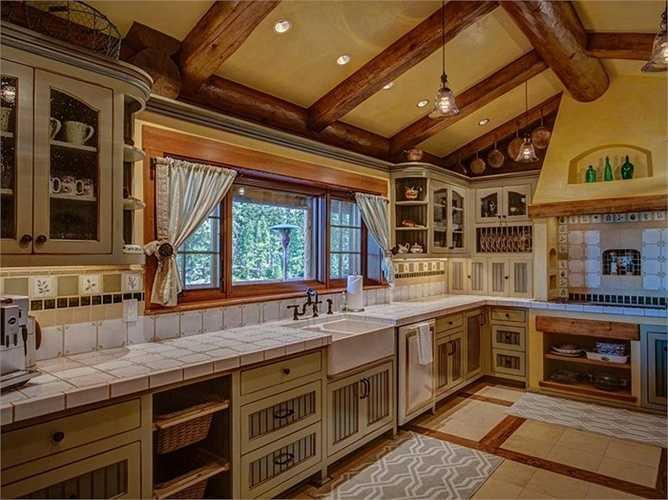 Dù thiết kế bằng gỗ nhưng mọi nội thất trong nhà đều là loại hiện đại nhất, đặc biệt trong khu vực phòng bếp.