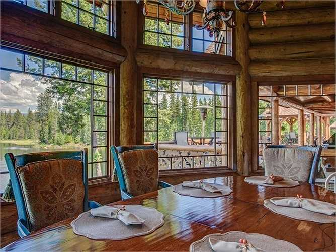 Trong phòng ăn, cửa kính cao từ sàn đến trần nhà cho phép thưởng thức một bữa cơm tuyệt vời bên trong và ngắm khung cảnh tuyệt đẹp bên ngoài.