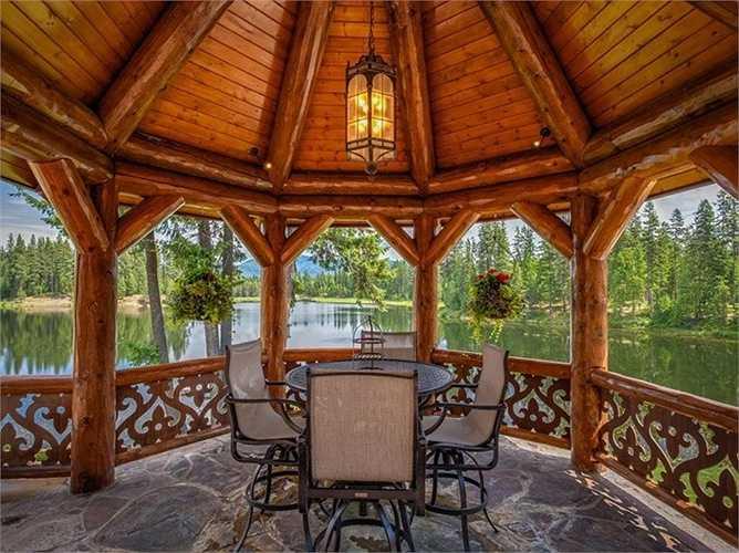 Vào những ngày nắng ấm, chủ nhân ngôi nhà có thể vừa dùng bữa ở ngoài hiên và nhìn ra hồ.