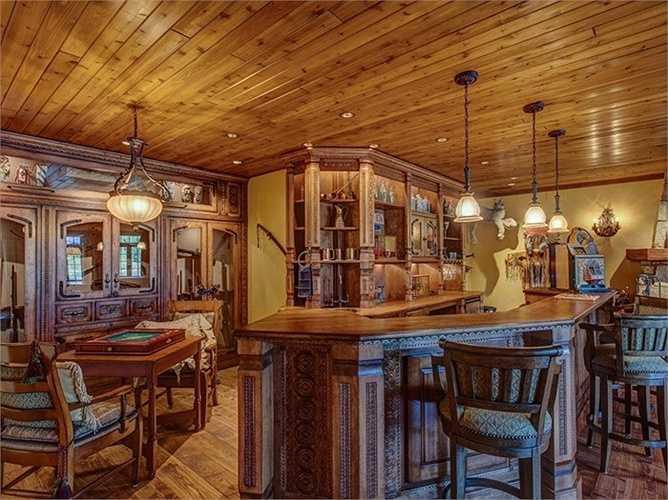 Ngoài phòng làm việc nghiêm túc ra còn có những khu vực quầy bar để thưởng rượu, nghe nhạc hoặc những khu vực vui chơi với các trò giải trí