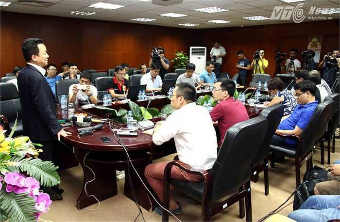 Bầu Hiển gặp gỡ báo chí để thông báo về việc mời Man City sang Việt Nam du đấu. (Ảnh: Quang Minh)
