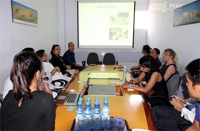 Chiều 26/6, đại diện Man City có buổi làm việc với lãnh đạo bệnh viện Việt Pháp - nơi đảm nhận chăm sóc y tế cho Man City khi họ tới Việt Nam. (Ảnh: Quang Minh)