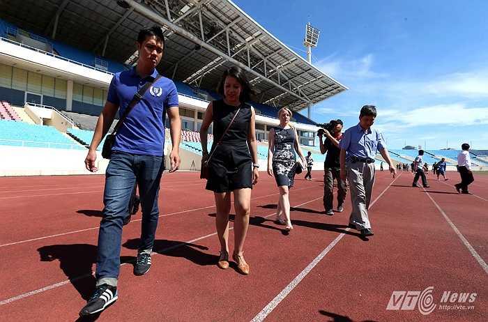 Họ có mặt ở Mỹ Đình vào ngày hôm sau để kiểm tra nơi dự kiến tổ chức trận giao hữu giữa đội tuyển Việt Nam và Man City. (Ảnh: Quang Minh)