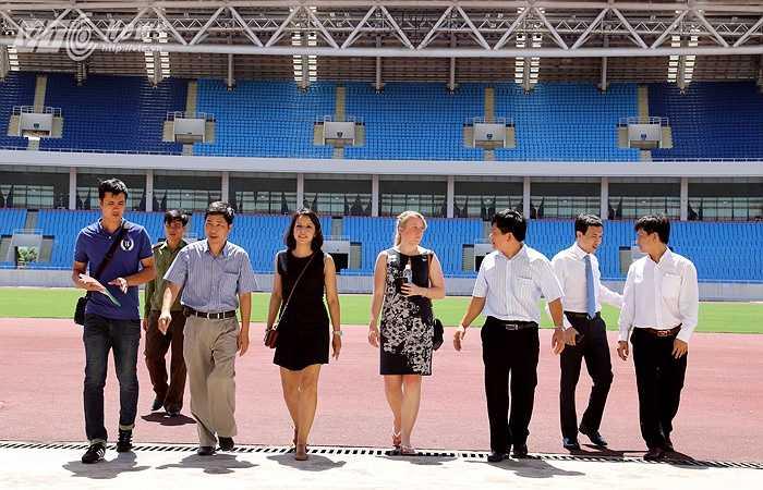 Đại diện Man City đi kiểm tra mặt sân, các phòng chức năng của sân Mỹ Đình. (Ảnh: Quang Minh)