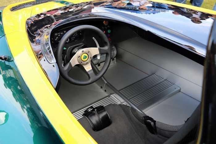 Khoang nội thất của chiếc xe cũng chỉ dành cho một người, với những trang bị tối thiểu hết mức có thể. Khi điều khiển 3-Eleven, người lái bắt buộc phải đội mũ bảo hiểm cả đầu.