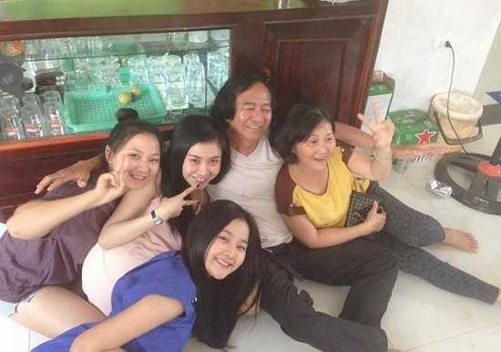 Không giống những hot girl khác, người mà Tam Triều Dâng yêu thương và gắn bó nhất trong gia đình chính là chị hai. Cô bạn bật mí: 'Từ ngày mình lên Sài Gòn, chị hai là người chăm sóc, lo lắng từng bữa ăn, giấc ngủ. Chị giống như người mẹ thứ 2 của mình vậy'.