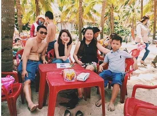Hình ảnh hạnh phúc bên người thân của Quỳnh Anh Shyn trong một chuyến du lịch tại Đà Nẵng nhận được hơn 20.000 lượt yêu thích từ cộng đồng mạng. Trong gia đình, Quỳnh Anh được mẹ yêu chiều và quan tâm. Dù đi sự kiện hay đóng quảng cáo, mẹ của Quỳnh Anh là người đồng hành, chăm sóc cô.