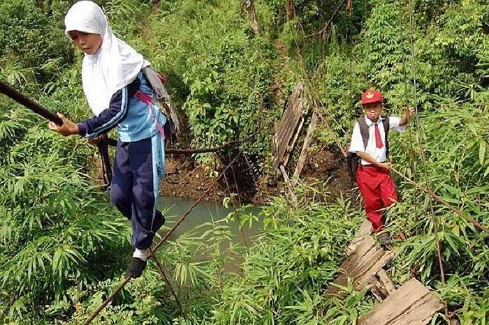 Chiếc cầu dây dài 9 mét, dòng sông chảy xiết bên dưới là 'chướng ngại vật' mà trẻ em ở Sumatra, Indonesia phải vượt qua hằng ngày để đến trường