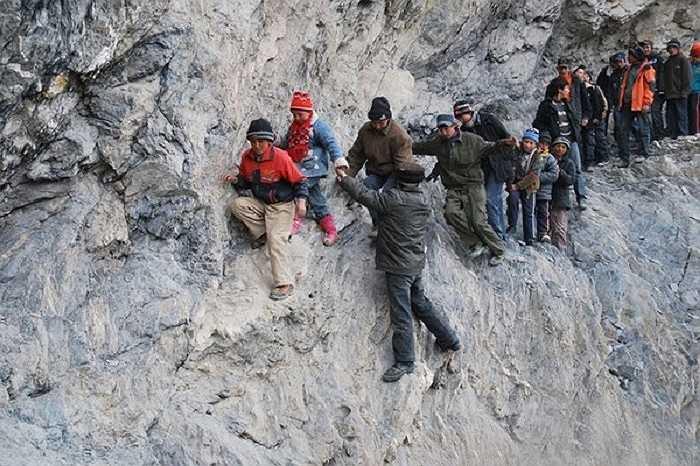 Những học sinh ở Pili, Trung Quốc phải vượt qua 4 con sông đóng băng, cây cầu dài 198m và 4 cây cầu được đóng từ ván rất nguy hiểm để đến trường nội trú