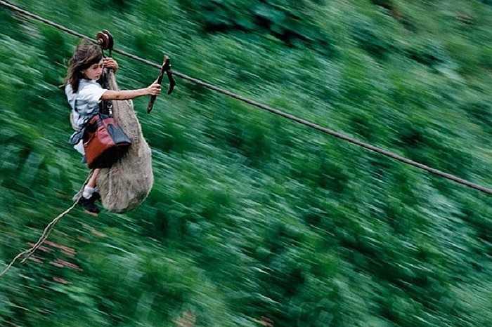 Nhiếp ảnh gia Christoph Otto đã ghi lại hình ảnh vượt qua dòng sông Rio Negro, Colombia để đến trường của Daisy Mora và cậu em trai 5 tuổi Jamid nằm trong chiếc bao tải