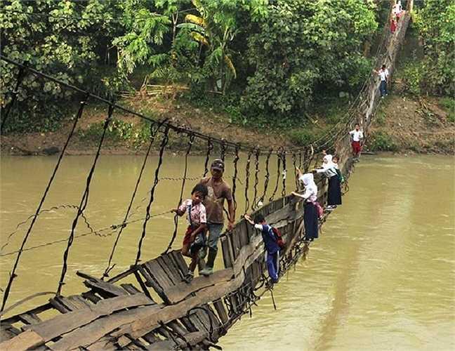 Hằng ngày, những trẻ em trong làng Sanghiang Tanjung, Lebak, Indonesia phải băng qua cây cầu treo đã bị hỏng để đến trường mà không dùng bất cứ một thiết bị bảo hộ nào. Có một cây cầu thay thế nhưng các em phải đi bộ 30 phút mới có thể đến trường