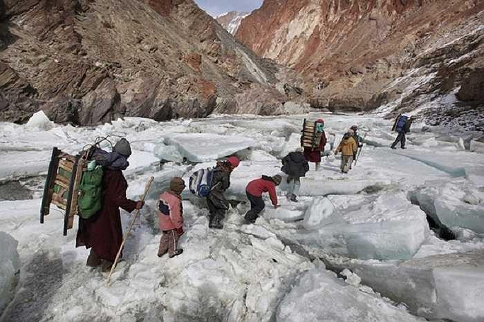 Mặt băng rất lạnh và thường trơn trượt, thậm chí ở những chỗ băng mỏng có thể bị rơi xuống nước lạnh nhưng những đứa trẻ của ngôi làng Zanskar, Himalayas, Ấn Độ vẫn phải vượt qua hằng ngày để tìm con chữ