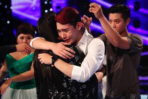 Nguyễn Duy khóc nức nở khi tâm sự với ca sỹ Thu Minh.