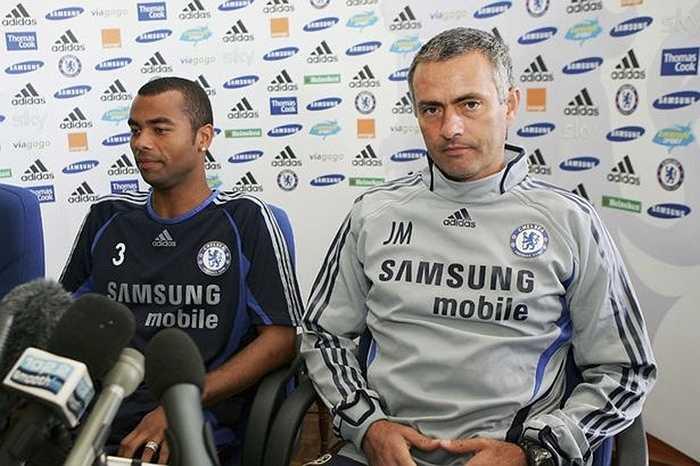 Mourinho bắt đầu tiếp xúc với Ashley Cole hồi tháng 1/2005 để thuyết phục anh này chuyển sang Chelsea. 18 tháng sau, Cole mới chính thức sang Chelsea để rồi bị CĐV Arsenal chế nhạo gọi là 'Cashley' - kẻ hám tiền
