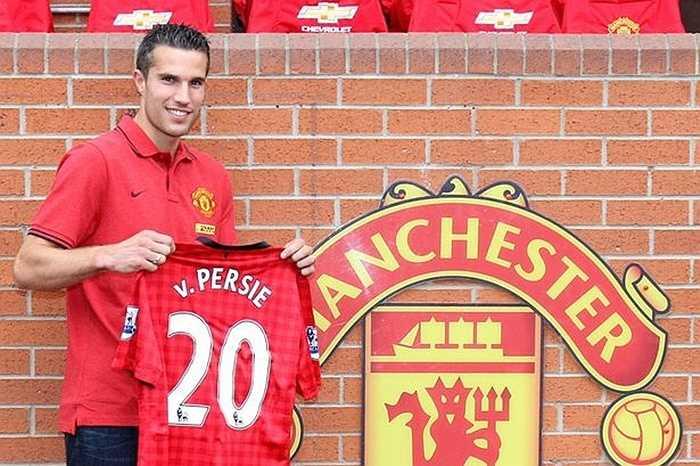 Van Persie không muốn gia hạn hợp đồng với Arsenal dù anh này chỉ còn 12 tháng ở thời điểm hè 2012. Man City là đội tiếp xúc với chân sút người Hà Lan trước, nhưng sự xuất hiện của Sir Alex Ferguson và Man Utd đã tạo nên cú áp phe khó tin nhất trong lịch sử Premier League