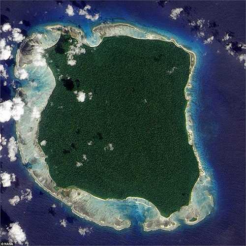 Hòn đảo Sentinel tuyệt đẹp khi nhìn từ trên cao xuống. Hòn đảo rộng 90km2 có cả rừng già rậm rạp, những bãi biển trải dài cát trắng phau. Thế nhưng, du khách và ngư dân không bao giờ dám đặt chân lên hòn đảo này.