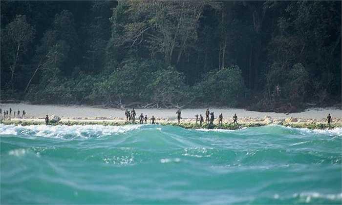 Năm 2006, bộ tộc trên đảo Sentinel, thường gọi là bộ tộc Sentinel, đã giết hai ngư dân khi họ trú ngụ ở hòn đảo này. Họ cũng bắn tên vào những máy bay khảo sát hòn đảo.