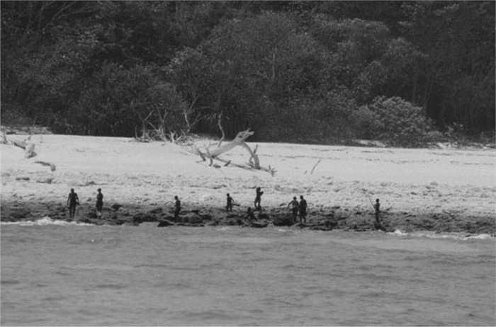 Chính vì thế, cho đến nay, những bức ảnh chụp được bộ tộc Sentinel cũng vô cùng hiếm hoi, chỉ là một vài bức ảnh chụp từ xa, dung lượng thấp.