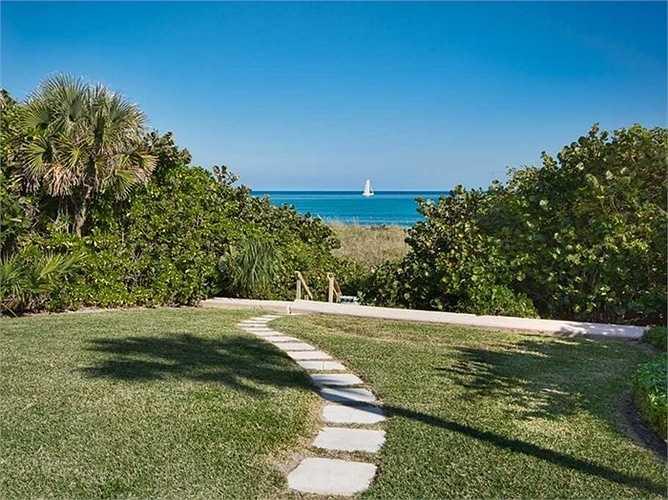 Căn nhà nằm trải dài hơn 150m đường biển. Biệt thự kiểu này thường sở hữu phong cảnh tuyệt vời