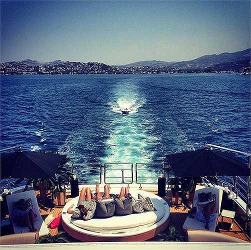 Tắm nắng trên những du thuyền hạng sang