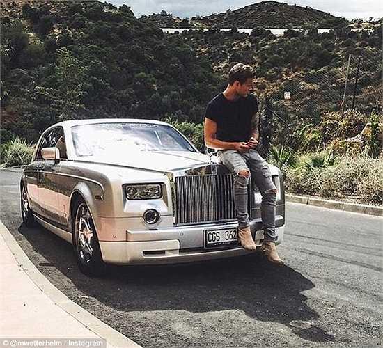 Marcus Wetterheim là một trong những thành viên năng nổ của Rich Kids trên Instagrams. Bức hình chụp lại khoảnh khắc anh chàng đang dừng chân nghỉ ngơi tại La Quinta Hills, Marbella, Tây Ban Nha trong chuyến du lịch với chiếc Roll Royce bóng loáng.
