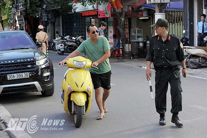 Vừa qua, VTC News đã có bài phản ánh về tình trạng nhiều thanh niên đầu trọc, xăm trổ chở 3,4 hoặc không đội mũ bảo hiểm vẫn vô tư lạng lách trước bốt cảnh sát giao thông như chốn vô pháp luật giữa Thủ đô.