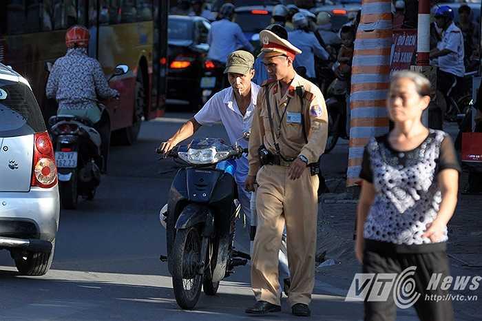 Ngay sau đó, Công an Hà Nội đã tổ chức xử lý nhiều trường hợp vi phạm giao thông.