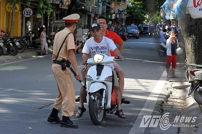 Hai thanh niên đi xe tay ga không đội mũ bảo hiểm, gặp lực lượng chức năng khi đang lưu thông trên đường Lê Đại Hành.