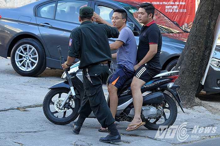 Cảnh sát cơ động dừng phương tiện của hai thanh niên có ý định quay đầu bỏ chạy (Thực hiện: Chiến Linh)