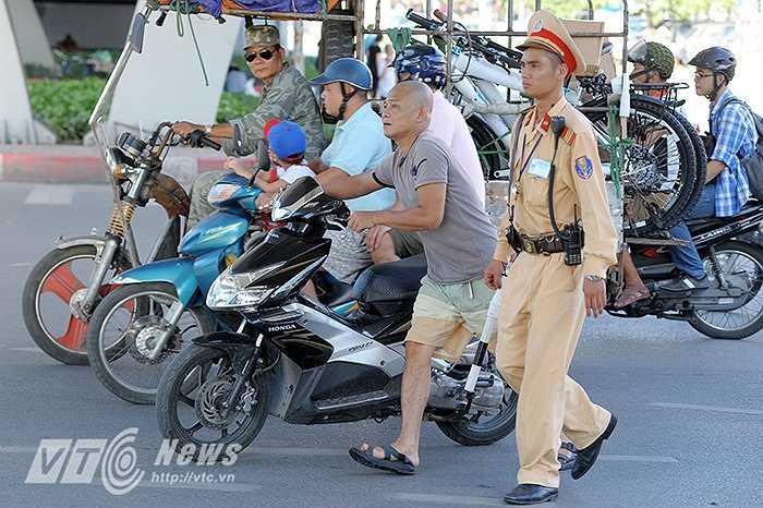 Trong ảnh là lực lượng tuần tra của Đội CSGT số 4 (PC67 - Công an TP Hà Nội) xử lý vi phạm tại nút giao Đại Cồ Việt - Bạch Mai.