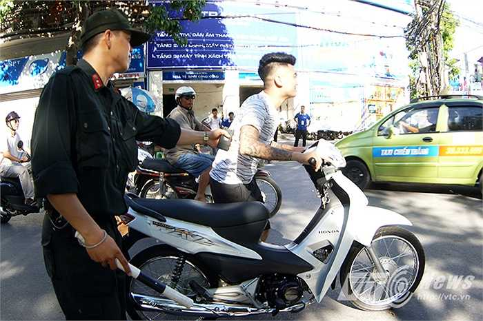 Nhiều thanh niên bất chấp quy định, không đội mũ khi tham gia giao thông.
