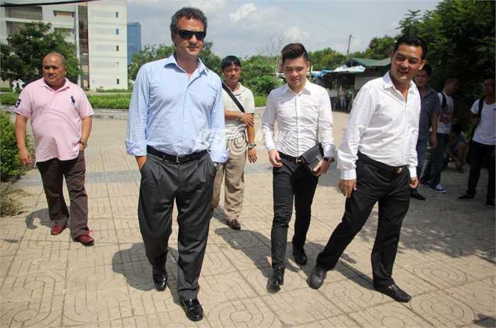Sau khi tới thăm Hàng Đẫy, sân nhà của CLB Hà Nội T&T, chiều nay, giám đốc kinh doanh khu vực châu Á của CLB Man City đã tới Mỹ Đình. (Ảnh: Hà Thành)