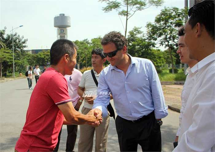 Ông Francisco Lopez tới thăm trung tâm đào tạo trẻ của Hà Nội T&T ở trung tâm đào tạo VĐV cấp cao Hà Nội. (Ảnh: Hà Thành)
