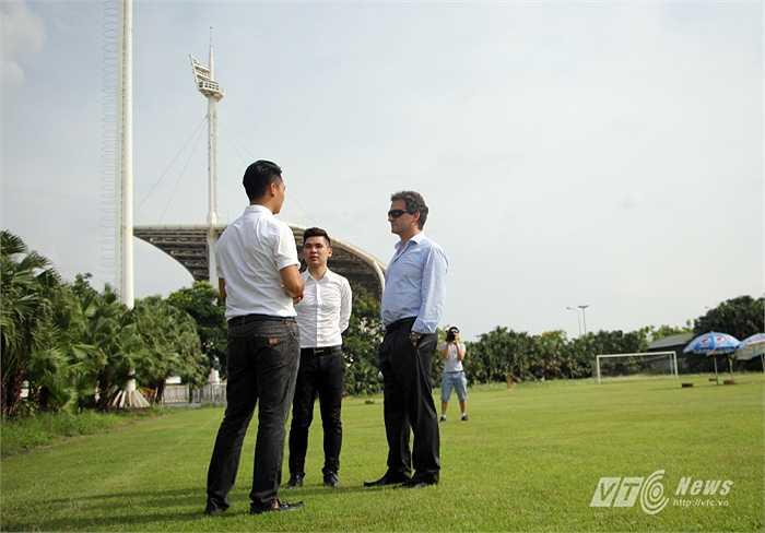 Tại đây, giám đốc truyền thông Hà Nội T&T và con trai bầu Hiển đã giới thiệu cho ông Lopez cả về sân Mỹ Đình, nơi dự kiến sẽ là sân đấu khi Man City giao hữu với ĐT Việt Nam. (Ảnh: Hà Thành)