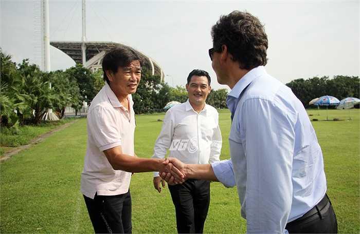 HLV Phan Thanh Hùng cũng có những trao đổi với đại diện của Man City. (Ảnh: Hà Thành)