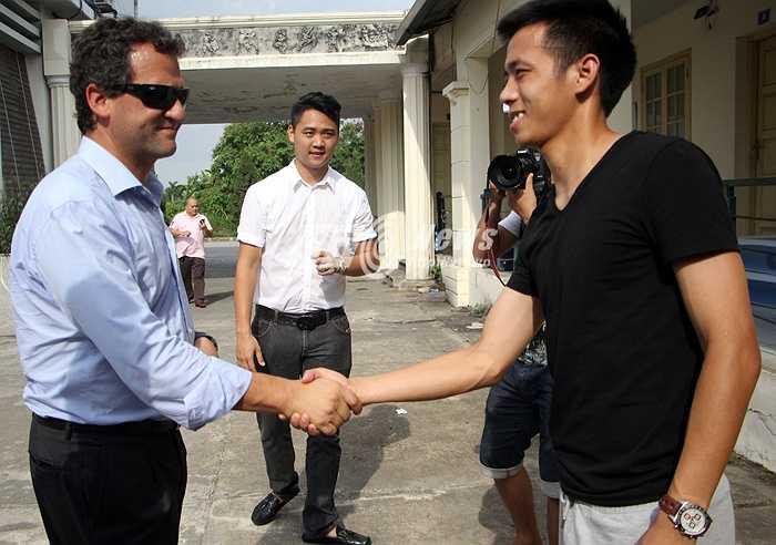 Văn Quyến bắt tay với đại diện Man City. (Ảnh: Hà Thành)