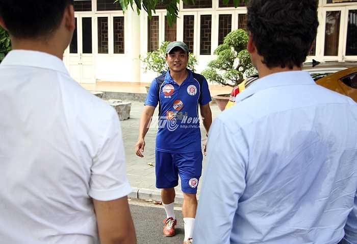 Ngay sau đó, ông Lopez có mặt ở Trung tâm huấn luyện Nhổn - nơi CLB hạng Nhất Hà Nội đóng quân. Trong ảnh HLV Đức Thắng tiếp đón đại diện CLB Man City. (Ảnh: Hà Thành)