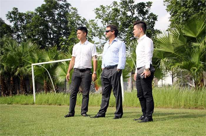 Đại diện Á quân Ngoại hạng Anh tới sân tập của đội 1 Hà Nội T&T trong khu liên hợp thể thao Mỹ Đình.