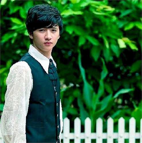 Tương tự Vương Anh, Nguyễn Trọng Hưng - sinh năm 1992, trong vai Hưng Chim én - được biết đến từ Bộ tứ 10A8 với vai diễn rụt rè, nhút nhát và luôn tự ti về bản thân cũng như hoàn cảnh thấp kém của gia đình,