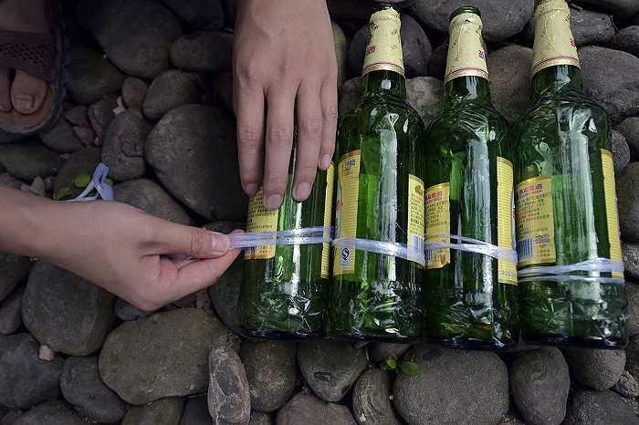 Anh đã dùng 8.500 vỏ chai bia, cùng với một số nguyên liệu khác như cát, xi măng và đá cuội.