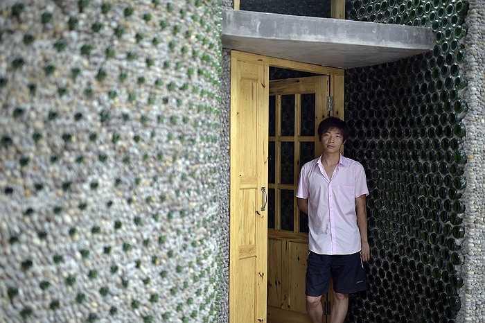Cha của Li là người hỗ trợ anh rất nhiều trong việc xây dựng nhà bia.
