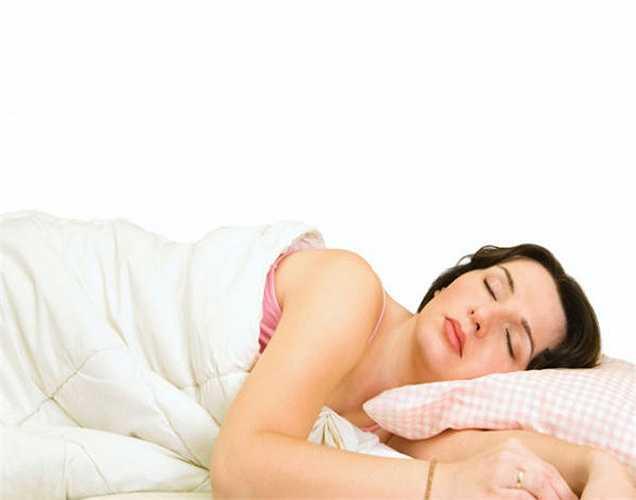 Tác dụng đầu tiên là: Khi ngủ đúng giờ thì bạn sẽ không ăn nhẹ trong suốt một đêm. Điều này sẽ làm giảm lượng calo. Hầu hết chúng ta thường ăn đêm do chán nản hoặc mất ngủ.