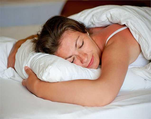 Kiểm soát thèm ăn: Khi giấc ngủ tốt, bạn thèm ăn bình thường. Còn nếu bạn ăn quá ít hoặc ăn quá nhiều cũng có liên quan đến thiếu ngủ. Ngủ 8 giờ mỗi đêm là rất quan trọng. Ngoài ra, chất lượng giấc ngủ cũng đóng vai trò quan trọng không kém.